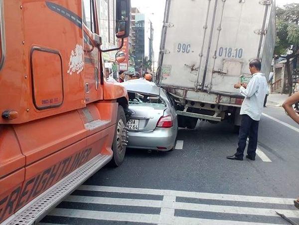 Không nên đi song song với xe tải, xe container